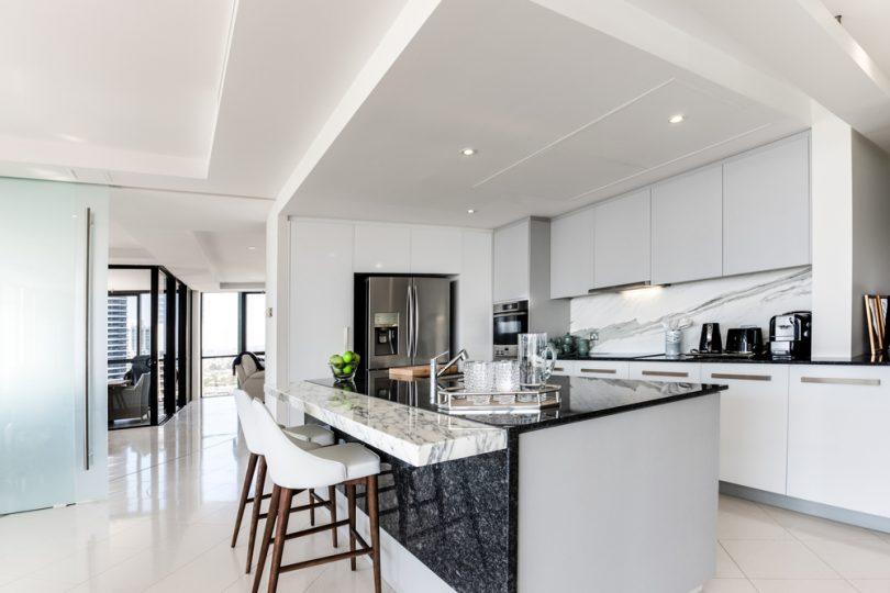Bulk,Head,Inside,A,Modern,Kitchen,With,Stone,Bench